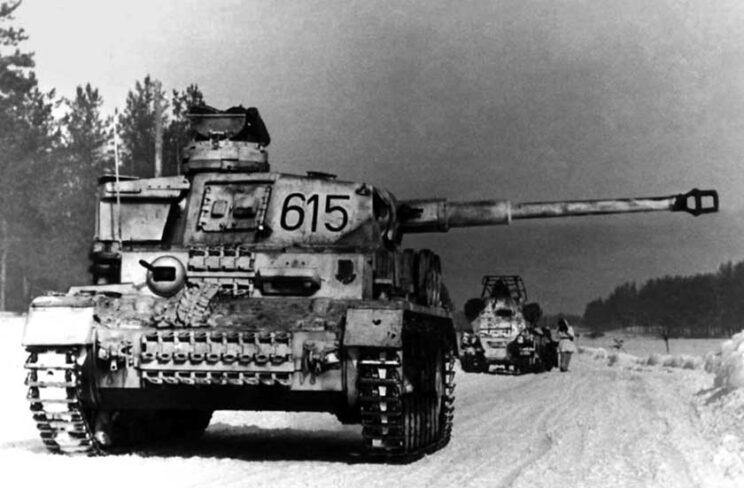 PzKpfw IV Ausf. G z nieustalonej jednostki na froncie wschodnim; zima 1942/43 r. Widoczny kamuflaż zimowy naniesiony łatwo zmywalnym wapnem.