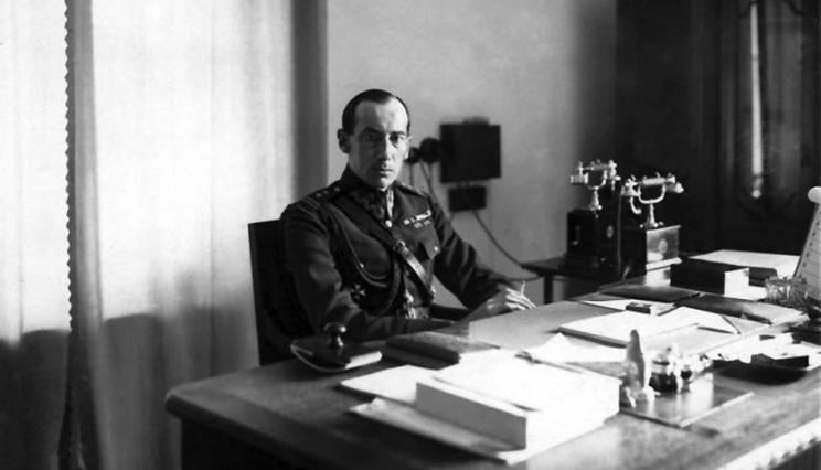 W 1925 r. ukończył Wyższą Szkołę Wojenną w Warszawie. Podczas zamachu majowego w 1926 r. poparł marszałka Józefa Piłsudskiego, będąc szefem sztabu jego głównych sił – Grupy Operacyjnej gen. Gustawa Orlicza-Dreszera. Wkrótce po przewrocie – w czerwcu 1926 r. – został szefem Gabinetu Ministra Spraw Wojskowych J. Piłsudskiego.