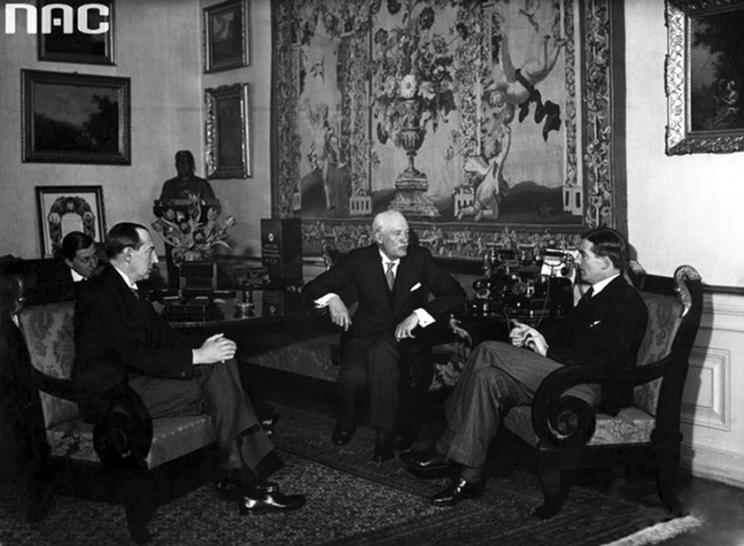 Jako minister spraw zagranicznych Józef Beck pozostawał wierny przekonaniu marszałka Piłsudskiego, że Polska powinna utrzymywać równowagę w stosunkach z Moskwą i Berlinem. Podobnie jak on był przeciwnikiem udziału Rzeczypospolitej w układach zbiorowych, które ograniczały według niego swobodę polskiej polityki.
