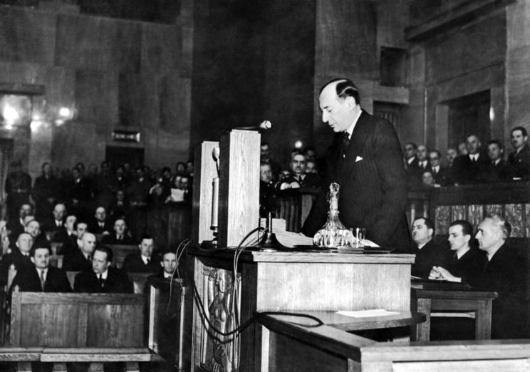 5 maja 1939 r. minister Józef Beck wygłosił w Sejmie słynne przemówienie, będące reakcją na wypowiedzenie przez Adolfa Hitlera niemiecko-polskiego paktu o nieagresji. Przemówienie wywołało długotrwałą owację posłów. Entuzjastycznie przyjęło je również polskie społeczeństwo.