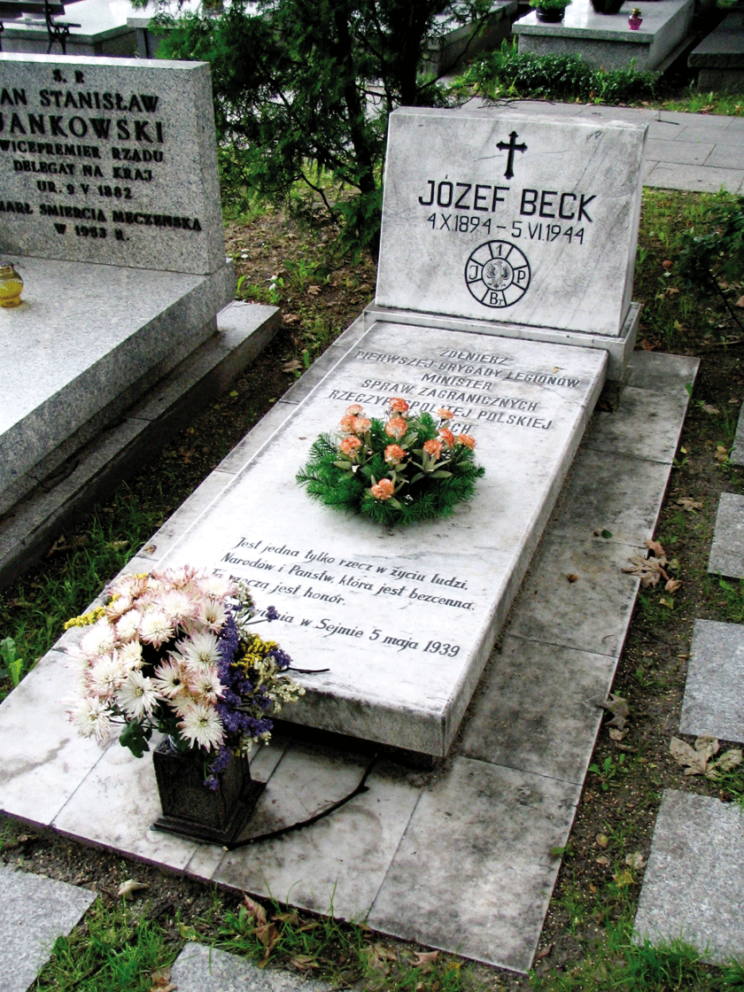 Ostanie miesiące życia spędził we wsi Stanesti-Chirulesti niedaleko rumuńskiej stolicy. Chory na gruźlicę, zmarł 5 czerwca 1944 r. i został pochowany w wojskowej części cmentarza prawosławnego w Bukareszcie. W 1991 r. jego prochy sprowadzono do Polski i złożono na Cmentarzu Wojskowym na Powązkach w Warszawie.