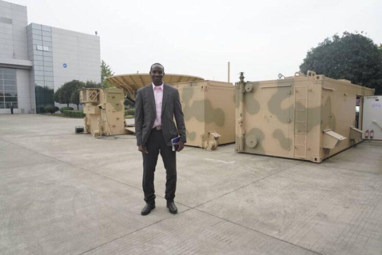 Generał Ibikunle Daramola na tle stacji kontroli i kierowania…