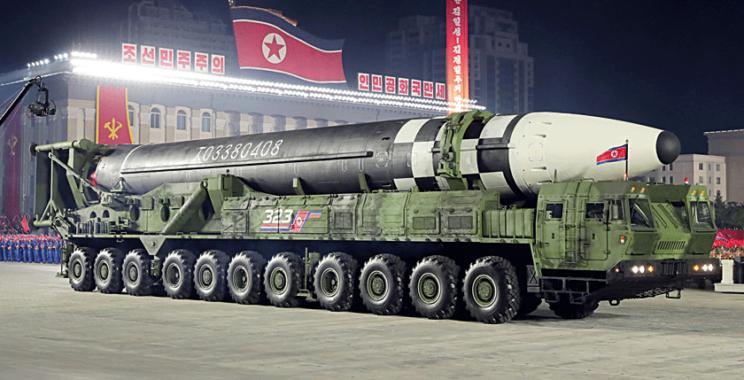 Nowa samobieżna 11-osiowa wyrzutnia ze strategicznym pociskiem balistycznym Hwasong-15.