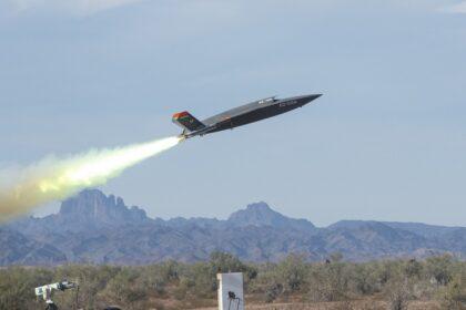 XQ-58A Valkyrie startuje z pomocą silnika rakietowego na poligonie Yuma Proving Ground w Arizonie; 9 grudnia 2020 r. Fot. USAF