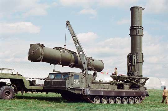 Załadunek pojemnika transportowo-startowego 9Ja238 zpociskiem 9M82 na wóz 9A84.