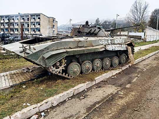 Uszkodzony iporzucony na ulicach Szuszy ormiański bojowy wóz piechoty BMP-2.