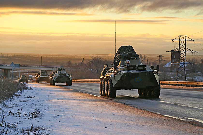 Kołowe wozy bojowe BTR-82A rosyjskiej 15. Samodzielnej Brygady Zmechanizowanej zmierzają wkierunku Stepanakertu. Zgodnie ztrójstronnym porozumieniem  gwarantem stabilności wGórskim Karabachu będą teraz rosyjskie siły pokojowe.
