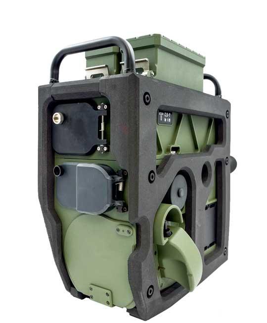 Prototypowy zespół CLU-P wpołożeniu marszowym, zzasłoniętymi obiektywami kamer, podświetlacza  idalmierza. Dobrze widoczny uchwyt operatora  po lewej stronie korpusu przyrządu.