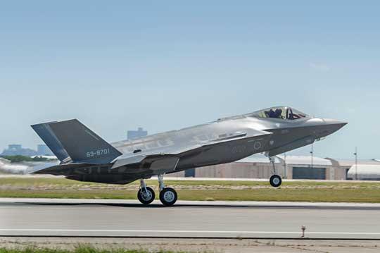 Pierwszy japoński F-35A wzbija się do pierwszego lotu zlotniska w Fort Worth wTeksasie; 24 sierpnia 2016r. W kokpicie pilot doświadczalny Lockheed Martin, Paul Hattendorf.