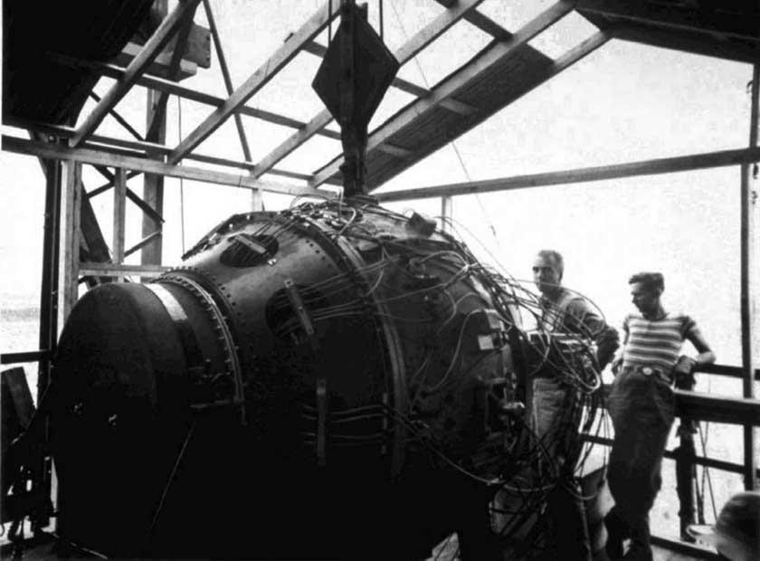 Gadget – pierwszy ładunek atomowy, gotowy do testu, na wieży poligonu Alamogordo w Nowym Meksyku. Próba miała miejsce 16 lipca 1945 r.