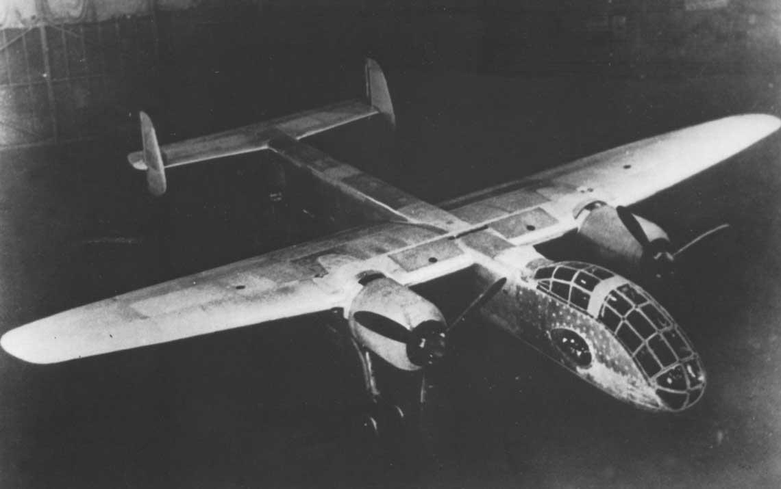 Pierwszy prototyp Ju 288 V1 w hali montażowej zakładów Junkers w Dessau.