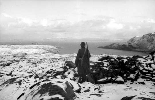 Niemiecki wartownik w Norwegii wypatruje floty inwazyjnej aliantów, która nigdy się nie pojawiła; 1943 r.