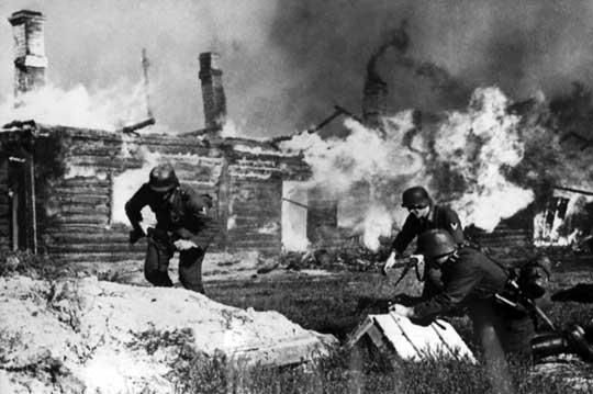 Poparcie ludności dla Niemców na zajmowanych terenach szybko zamieniło się w strach i nienawiść. Zgodnie z dyrektywami Hitlera Wehrmacht stosował najbrutalniejsze metody, puszczając z dymem tysiące miejscowości i mordując cywili.