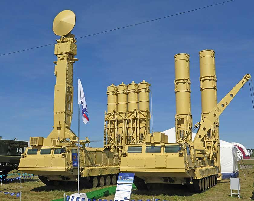 Pojazdy systemu S-300WM, od lewej wyrzutnia 9A83M iwóz odpalająco-załadowczy 9A84M.