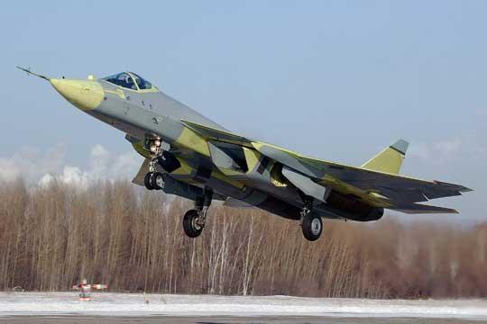 Wyżej: pierwszy prototyp T-50-1 29 stycznia 2010 r. startuje do swojego pierwszego, trwającego 47 minut lotu. Za sterami siedzi szef pilotów doświadczalnych biura Suchoj Siergiej Bogdan. Fot. Suchoj