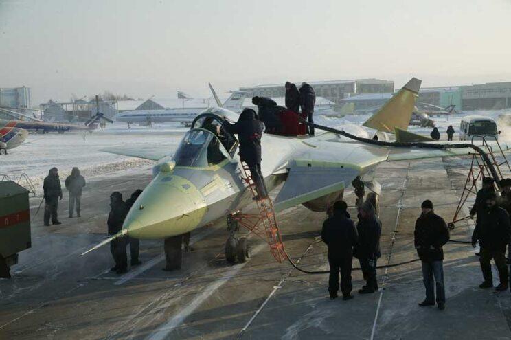 Pierwszy prototyp T-50-1 mroźnym rankiem 29 stycznia 2010 r. przygotowywany do pierwszego lotu na lotnisku w Komsomolsku nad Amurem. Fot. Suchoj