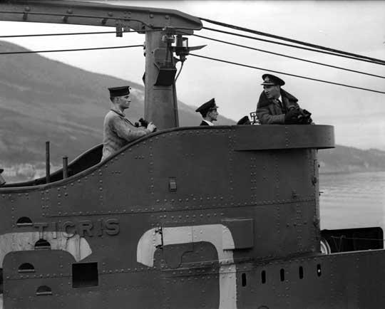 Tigris wraca z patrolu; grudzień 1941 r. Pierwszy z prawej dowódca okrętu, kmdr ppor. Howard Bone.