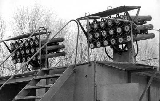 Stend lądowy do prób na poligonie z wyrzutniami morskimi WM-18 z pełnym załadowaniem niekierowanych pocisków rakietowych M-14OF kalibru 140 mm.