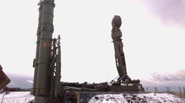 Wyrzutnia 9А83M na pozycji ogniowej, podpięte dwa z czterech pojemników transportowo-startowych z pociskami serii 9М83М. Fot. Ministerstwo Obrony FR.