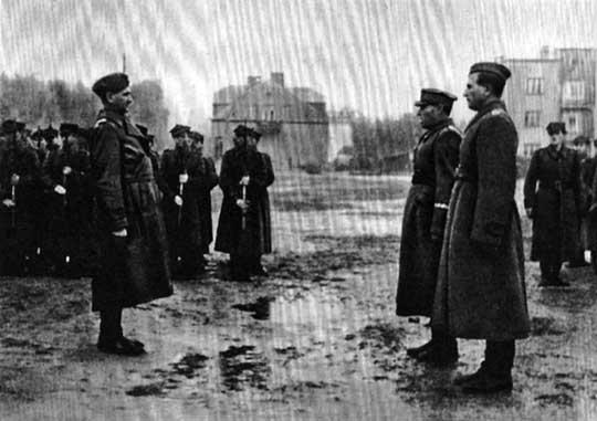 Dowódca 1 Armii WP, gen. dyw. Władysław Korczyc, przyjmuje raport od dowódcy 1 Dywizji Piechoty gen. bryg. Wojciecha Bewziuka. Po zakończonej sukcesem operacji praskiej, 1 DP od 15 września 1944 r. znajdowała się w drugim rzucie armii. Tylko jej wydzielone oddziały rozpoznawcze oraz artyleria dywizyjna brały udział w akcji pomocy powstańcom warszawskim. Po ponad miesięcznej przerwie na odpoczynek i regenerację, jej żołnierze po raz kolejny zostali wyznaczeni do wykonania ważnego zadania; Wesoła, 18 października 1944 r.