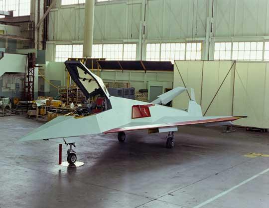 budynku nr82 zakładów Lockheed wBurbank w Kalifornii. Samolot pokryty jest powłoką pochłaniającą mikrofale i pomalowany na jasnoszaro.