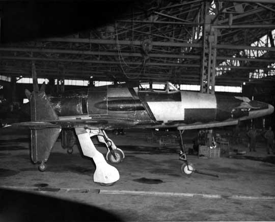Prototyp J7W1 po zdobyciu przez Amerykanów. Samolot jest już naprawiony po uszkodzeniach dokonanych przez Japończyków, ale jeszcze niepomalowany. Dobrze widać duże odchylenie od pionu goleni podwozia.