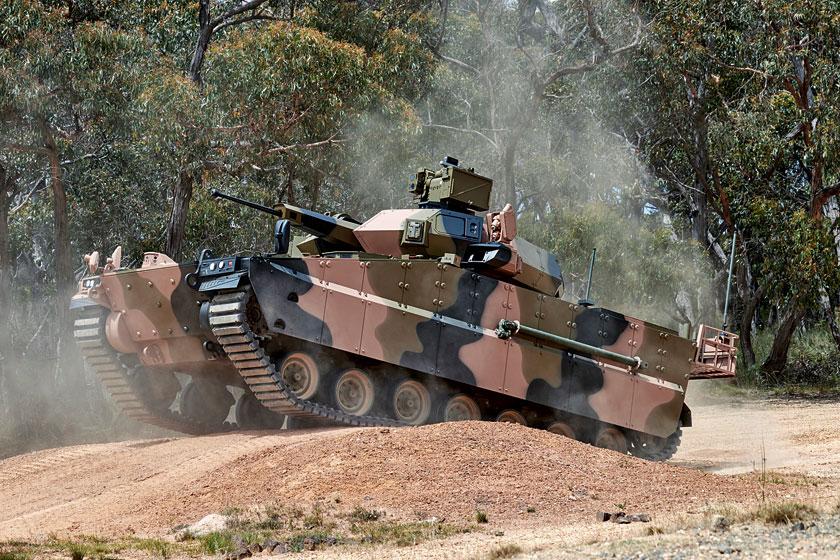 Jeden ztrzech prototypowych bojowych wozów piechoty Hanwha AS21 Redback dostarczonych wostatnich miesiącach do Australii wcelu przeprowadzenia testów wramach programu Land 400 Phase 3, wramach którego Australian Army chce kupić 450 bwp ipojazdów towarzyszących, które zastąpią stare M113AS3/4.