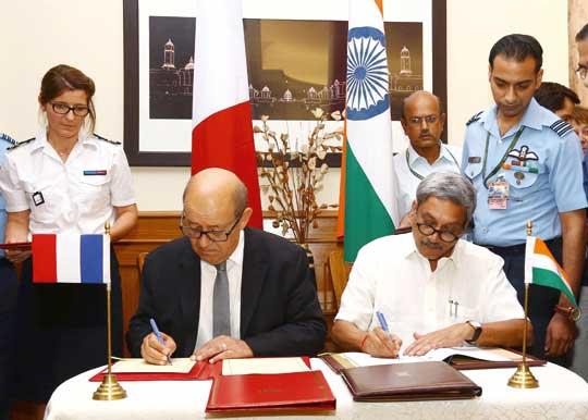 Ministrowie obrony Indii Manohar Parrikar i Francji Jean-Yves Le Drian podpisują kontrakt o wartości 7,87 mld euro na zakup przez Indie 36 Rafale; New Delhi, 23 września 2016 r.