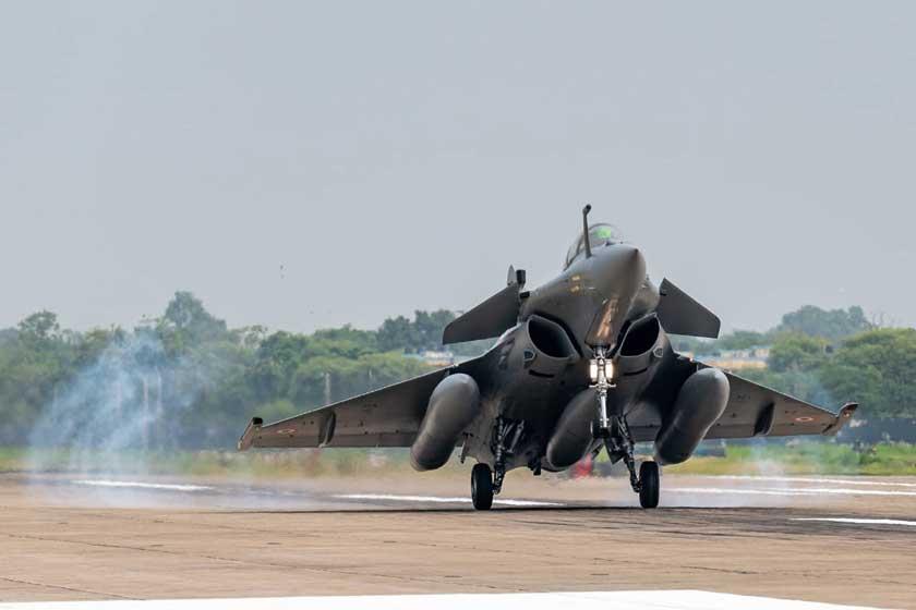 Rafale ląduje w bazie Ambala w Indiach po dwuetapowym przelocie z Francji wdniach 27-29 lipca 2020 r. Indie stały się trzecim po Egipcie iKatarze zagranicznym użytkownikiem francuskich myśliwców.