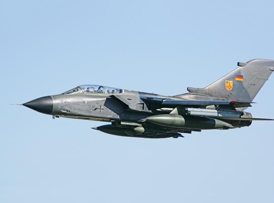 Samolot myśliwsko-bombowy Tornado, opracowany w ramach współpracy brytyjsko-niemiecko-włoskiej, okazał sie udaną konstrukcją i przez wiele lat był jednym z filarów zachodnioeuropejskiego odstraszania militarnego, zarówno konwencjonalnego, jak i nuklearnego. W tej ostatniej roli należy spodziewać się rychłego wdrożenia jego następcy w niemieckim Luftwaffe.