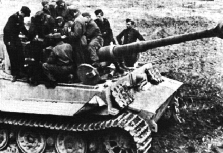 Węgierscy czołgiści w czasie szkolenia pod okiem trzech niemieckich żołnierzy (czarne mundury).
