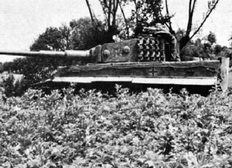 Żołnierz piechoty omawia działania z dowódcą czołgu Tygrys; czerwiec 1944 r. Żołnierz piechoty omawia działania z dowódcą czołgu Tygrys; czerwiec 1944 r.