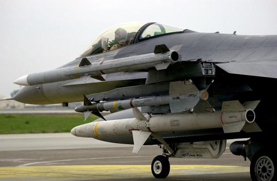 Najbardziej rozpowszechnionym pociskiem przeciwradiolokacyjnym jest AGM-88 HARM, który naprowadza się na źródło sygnałów emitowanych przez radar przeciwnika. Wnioski z konfliktów zbrojnych stały się podstawą do jego dalszego doskonalenia, tak doszło do powstania AARGM. Na zdjęciu F-16C uzbrojony w przeciwradiolokacyjny pocisk kierowany AGM-88 HARM (trzeci w kolejności).