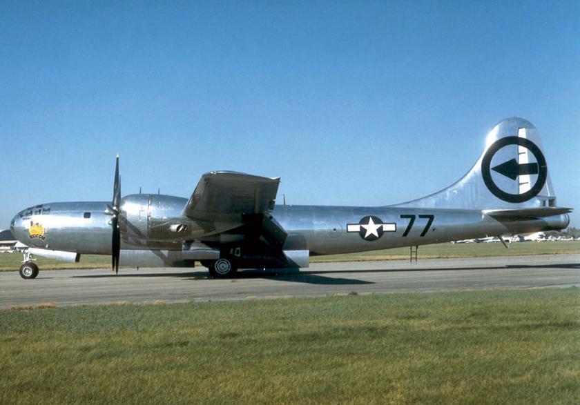 """Jeden z dwóch najsłynniejszych bombowców IIwojny światowej – Boeing B-29, 44-27297, """"Bockscar"""". Samolot, z którego 9 sierpnia 1945r. na Nagasaki zrzucono drugą bojową bombę atomową. Obecnie stanowi eksponat Narodowego Muzeum Amerykańskich Sił Powietrznych w bazie USAF Wright-Patterson w pobliżu Dayton w stanie Ohio."""