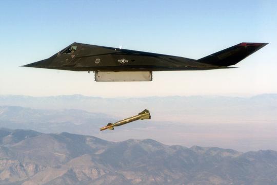 F-117A zrzuca szkolną wersję kierowanej laserowo bomby odziałaniu przenikająco-burzącym typu GBU-27 do niszczenia budowli podziemnych.