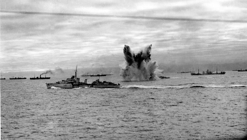 Scena wybuchu bomby głębinowej wystrzelonej z widocznego w tle brytyjskiego niszczyciela, za nim widać fragment konwoju do ZSRR. Na pierwszym planie widoczny niszczyciel HMS Eskimo. Nazwa Eskimos, jest tu jak najbar- dziej na miejscu...