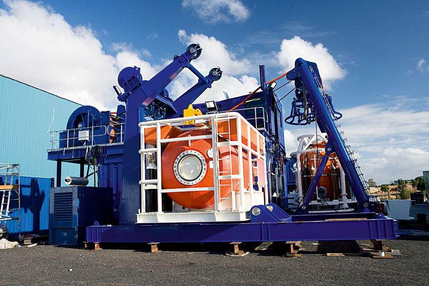 Przykład hiperbarycznego systemu leczniczego HRC (Hiperbaric Rescue Chamber). Widać komorę dekompresyjną, dzwon nurkowy zLARS, generator spalinowo-elektryczny.