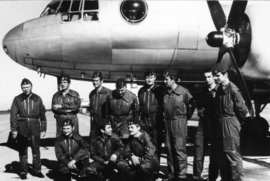Samolot rozpoznania radioelektronicznego Ił-14E (wyprodukowany w Niemieckiej Republice Demokratycznej na radzieckiej licencji i dostarczony Polsce) oraz jego załoga. Fot. Zbiory Wacława Hołysia