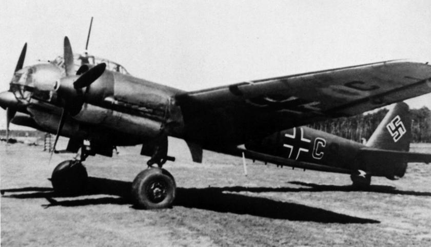 """Ju 88 A-1 z 8./KG 4 """"General Wever"""" z kodem kadłubowym 5J+CS, litera C czerwona w białej obwódce podczas walk we Francji."""