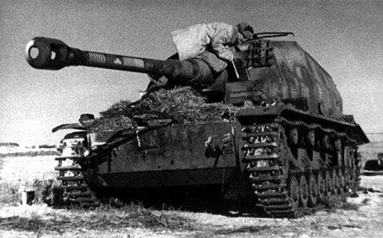 Oba wozy bojowe, 10,5 cm K gepanzerte Selbstfahrlafette, skierowano do Panzerjäger Abteilung 521.