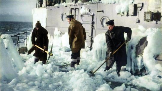 Mrozy powodowały, że statki i okręty płynące do ZSRR pokrywały się grubą warstwą lodu, którą trzeba było skuwać kilofami, młotkami i siekierami, by uniknąć przeciążenia.