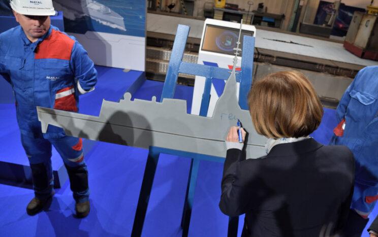 Minister sił zbrojnych IV Republiki Florence Parly podpisuje arkusz blachy w kształcie fregaty FDI, wycięty w czasie ceremonii rozpoczęcia budowy Amirala Ronarc'ha. Paryż wiąże nadzieje eksportowe z tym typem fregat. Fot. Tomasz Grotnik