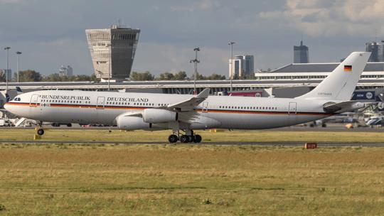 Porty lotnicze obsługiwały krajowe izagraniczne statki powietrzne lotnictwa państwowego. Na zdjęciu Airbus A340 niemieckiej Luftwaffe podczas jednego zrejsów na Lotnisko Chopina.