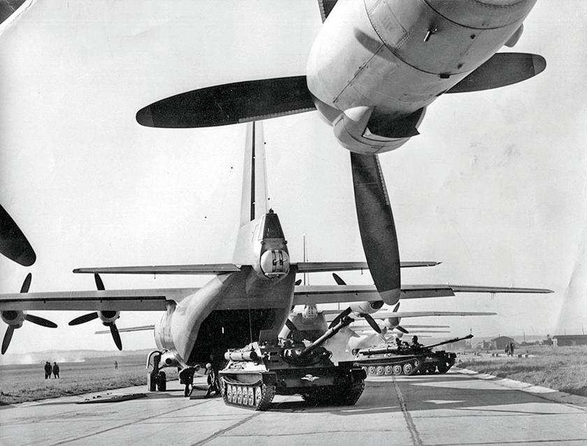 """Wśród najbardziej ikonicznych """"Anów"""" można wskazać An-12 (1957 r.), na zdjęciu podczas załadunku samobieżnego działa przeciwpancernego ASU-85."""