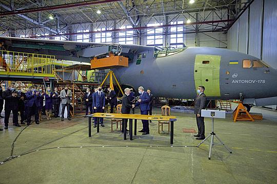 Uroczystość podpisania 29 grudnia ub.r. umowy na dostawę trzech An-178-100R dla Sił Zbrojnych Ukrainy. Jeżeli zamówienie dojdzie do skutku, widoczny w tle samolot będzie zapewne jedną z tych trzech maszyn, gdyż nie jest to An-178 budowany dla Peru.