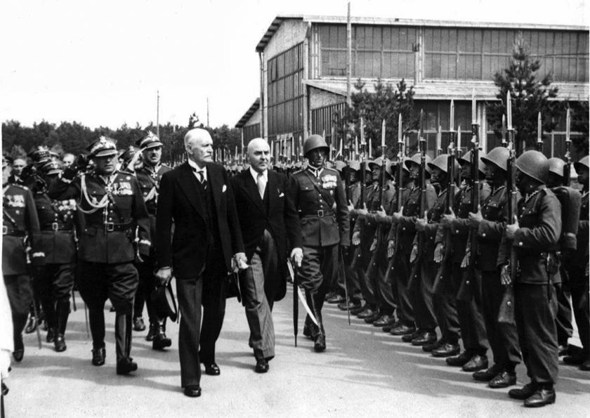 Prezydent Rzeczpospolitej Polskiej Ignacy Mościcki w trakcie przeglądu wojska w ramach jednej z uroczystości inaugurujących otwarcie kolejnego zakładu przemysłowego COP.