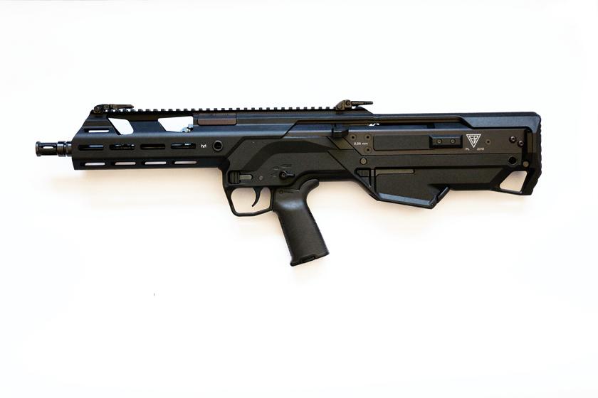 Do 5,56 mm karabinka podstawowego w układzie bezkolbowym (u góry) można przyłączać 40mm modułowy granatnik podwieszany (u dołu), a także nóż-bagnet i odrzutnik do strzelania amunicją ćwiczebną (ślepą).