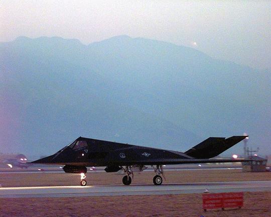 """24 marca 1999 r. – F-117A z dywizjonu ekspedycyjnego 8th EFS kołuje przed startem z bazy Aviano AB we Włoszech do pierwszej misji w ramach operacji """"Allied Force""""."""