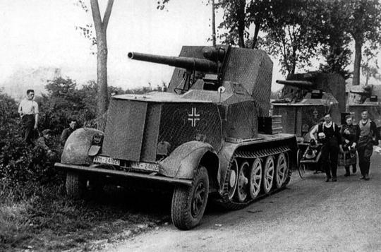 Pierwszym niemieckim działem samobieżnym użytym już w kampanii polskiej 1939 r. było 8,8cm Flak 18 (Sfl.) auf Zugkraftwagen 12t (Sd.Kfz. 8) w którym użyto działo przeciwlotnicze kal. 88 mm doniszczenia umocnień. Dlatego działo to nazywano Bunkerknacker Flak.