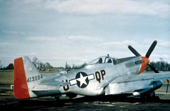 Jeden z Mustangów 4. FG sfotografowany w okresie, gdy latał nim Lt. Marvin Arthur. Czerwony ster kierunku wyróżniał 334. FS, natomiast czerwony przód identyfikował całą 4. FG.